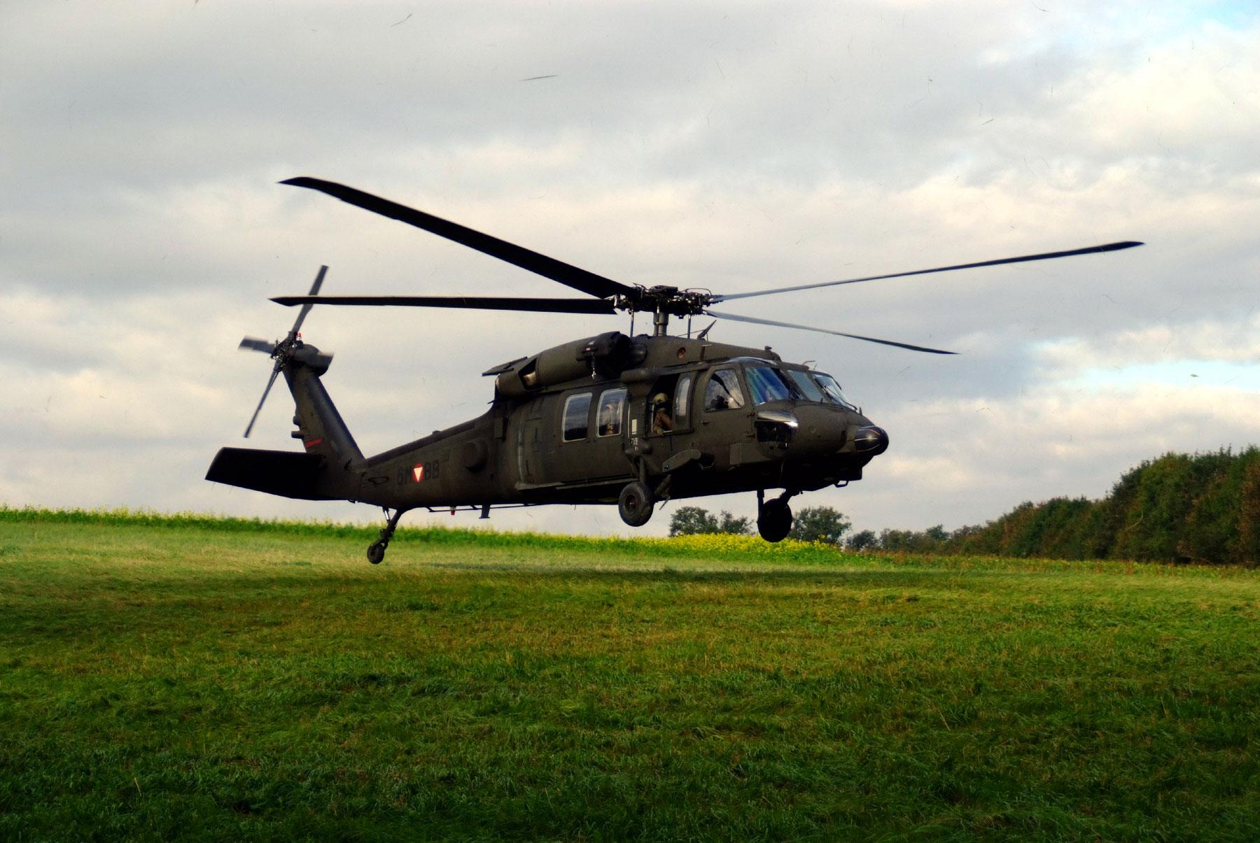 Milizsoldaten trainieren Lufttransport