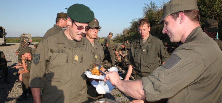 Generalmajor Hameseder ganz nah bei der Truppe